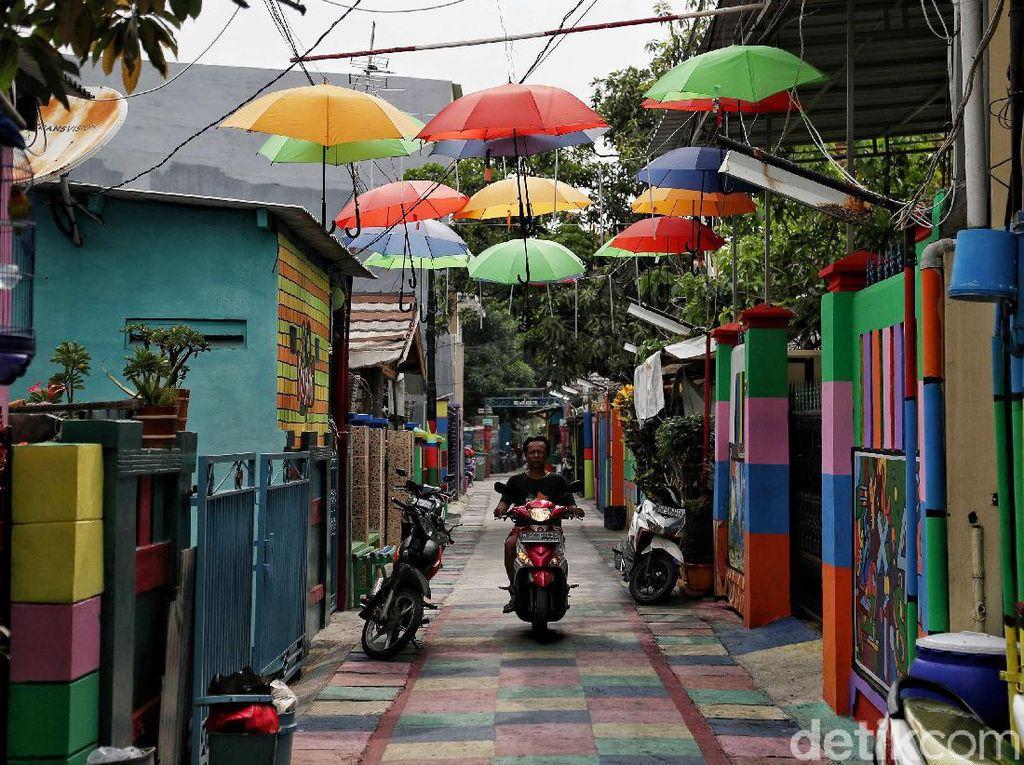 Suasana di perkampungan juga lebih berwarna karena pagar rumah warga telah dicat warna-warni.