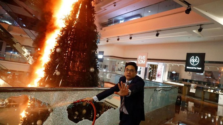 Makin Anarkis, Demonstran Hong Kong Bakar Pohon Natal di Mall