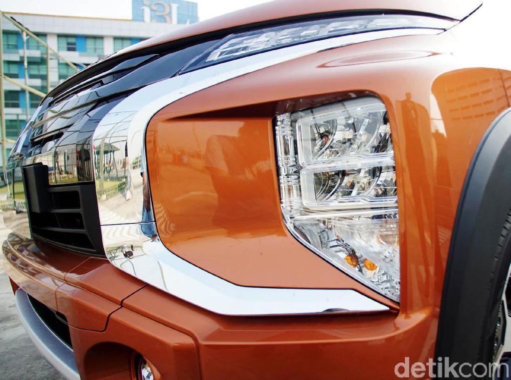 Masih mengulas area fascia, pada Mitsubishi Xpander Cross sudah menggunakan lampu utama berteknologi LED, dengan desain lampu bertumpuk. Sedangkan untuk lampu seinnya masih menggunakan halogen. Untuk makin menguatkan kesan crossover, Xpander Cross juga mendapatkan skid plate dengan garnish berwarna silver.