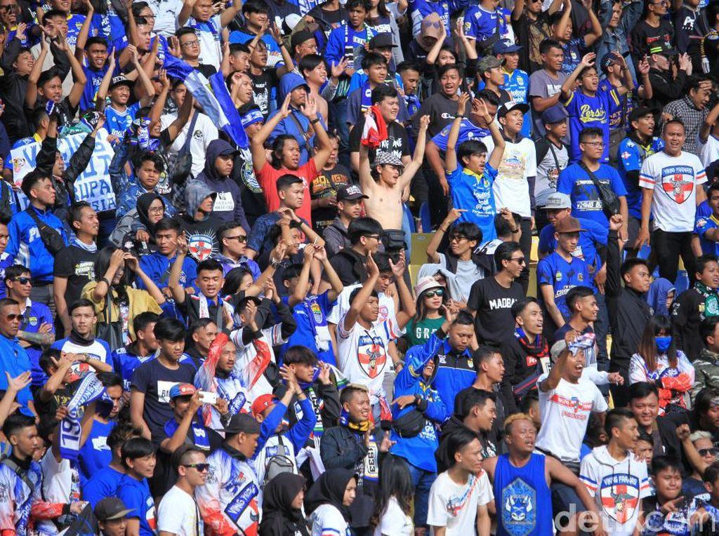 Ribuan pasang mata menyaksikan pertandingan Persib Bandung melawan Arema FC.