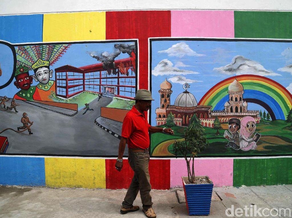Mural yang menghiasi perkampungan padat penduduk itu bertemakan edukasi.