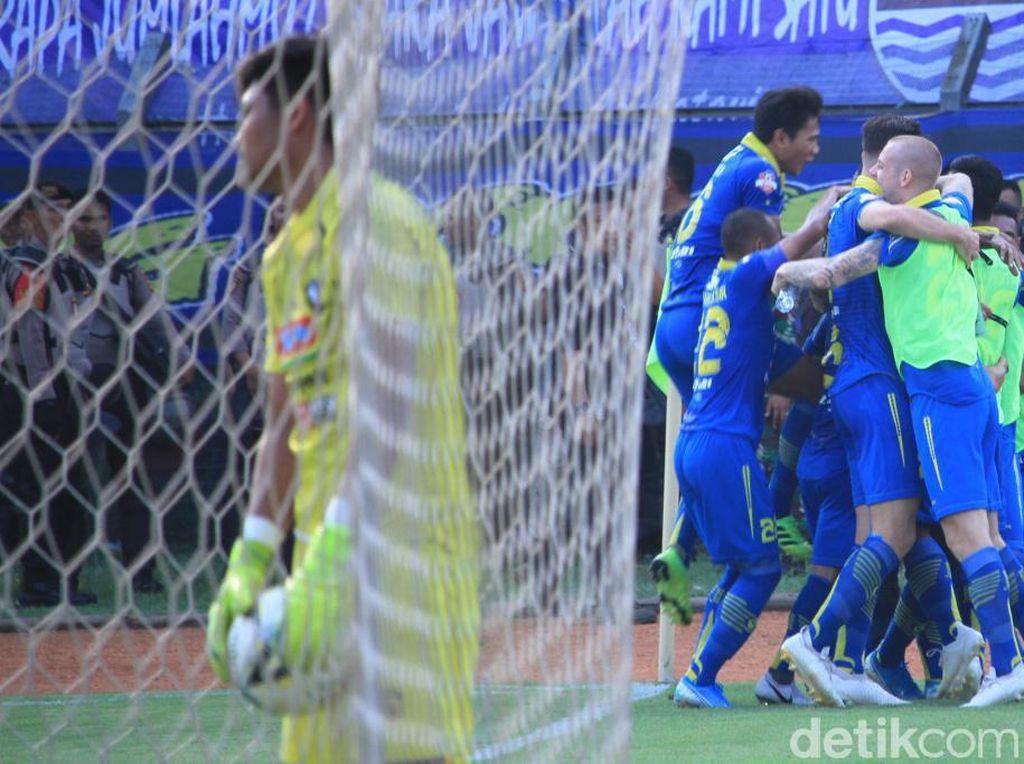 Persib tak memberikan banyak kesempatan bagi Arema untuk melakukan tekanan. Serangan yang terus dilakukan Supardi dkk akhirnya kembali membuahkan gol di menit ke-36.