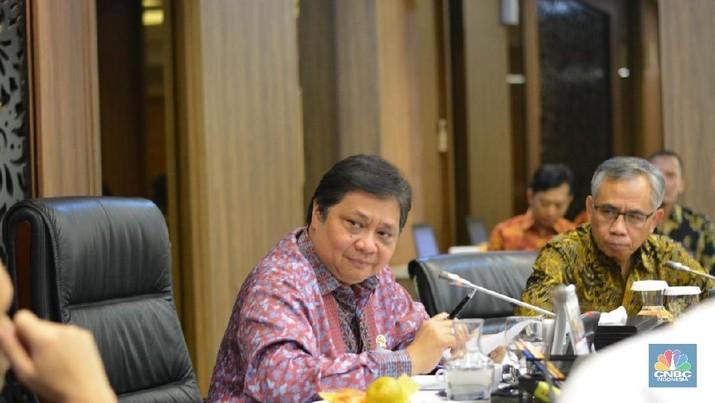 Airlangga Hartarto merekrut pegawai khusus untuk membantunya memutuskan kebijakan di bidang ekonomi.