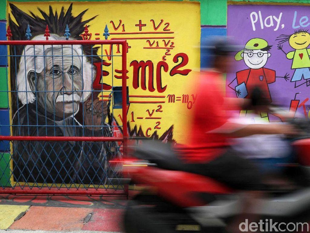Salah satu gambar mural yang tertera di sudut tembok yakni tokoh dunia Albert Einstein lengkap dengan rumus gravitasi.