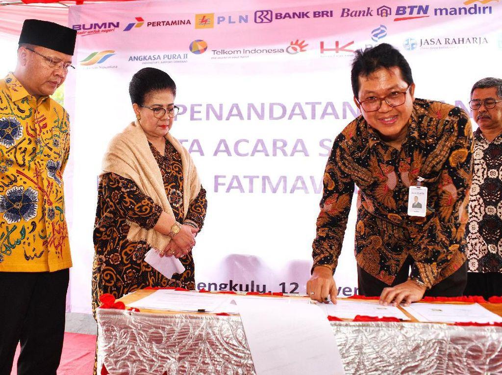 Serah terima patung ini merupakan akhir dari tugas yang diberikan kepada Bank BTN sebagai koordinator dari 12 BUMN sebagai donatur pembuatan patung tersebut dalam program BUMN Hadir Untuk Negeri di wilayah Bengkulu. Foto: dok. Pemprov Bengkulu