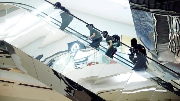 Aksi ekstrim pengunjuk rasa tak hanya di situ saja. Pendemo bakar pohon natal raksasa yang dipajang di dalam mall.