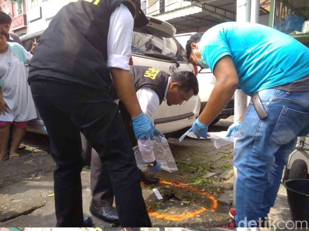 Bom bunuh diri itu terjadi usai apel di Polrestabes Medan. Pelaku masuk ke Polrestabes Medan menggunakan atribut ojek online.