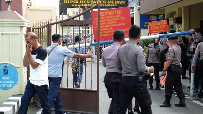 Ledakan terjadi ketika polisi baru melaksanakan apel pagi. Polisi pun kemudian berjaga-jaga pasca-terjadi bom bunuh diri tersebut. (ANTARA FOTO/Irsan Mulyadi)