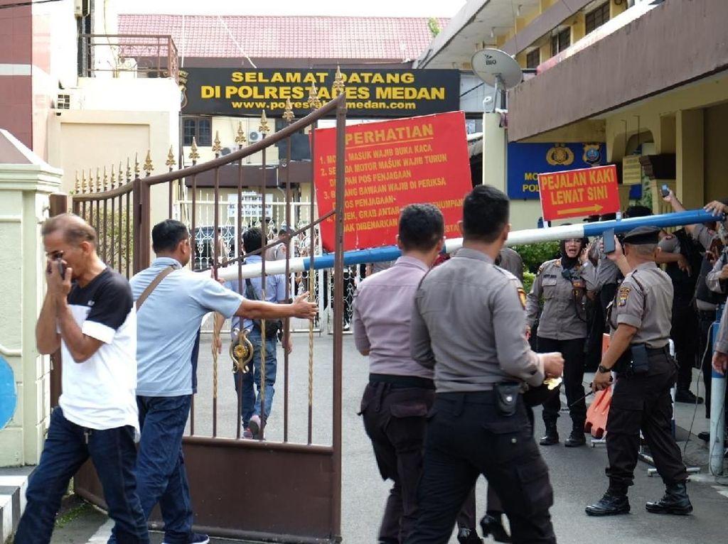 Penjagaan di Mapolrestabes Medan, pun diperketat. ANTARA FOTO/Irsan Mulyadi.
