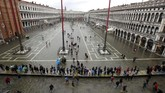 Ketinggian air mencapai 1,9 meter hingga membuat alarm peringatan banjir dibunyikan. (AP Photo/Luca Bruno)