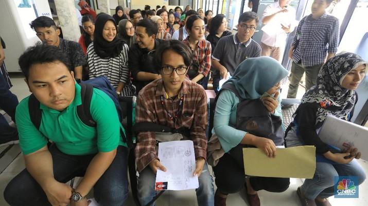 Sejumlah warga antri saat pengurusan Surat Keterangan Catatan Kepolisian (SKCK) di Polres Jakarta Selatan, Rabu (13/11/2019). Pengurusan Surat Keterangan Catatan Kepolisian (SKCK) sebagai syarat administrasi dalam beberapa hari terakhir di daerah itu meningkat drastis sejak pemerintah membuka formasi penerimaan CPNS tahun 2019 secara nasional. (CNBC Indonesia/Andrean Kristianto)