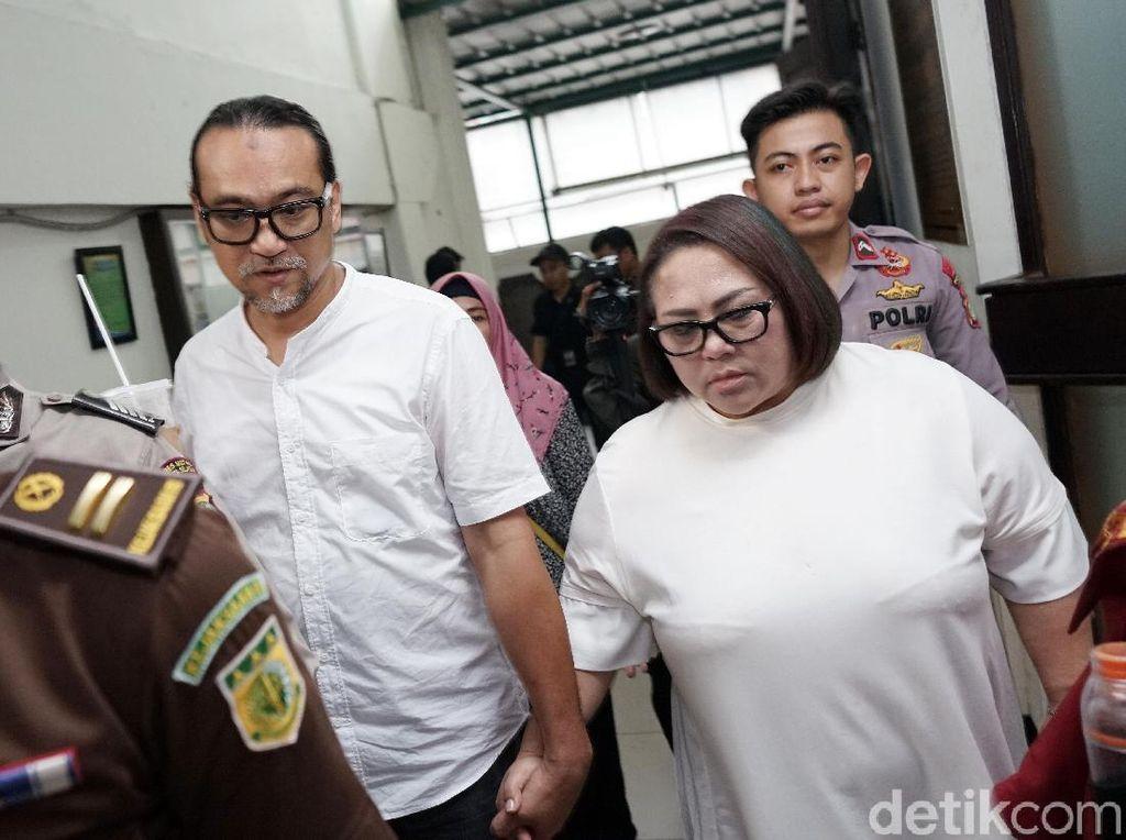 Nunung dan Jan Sambiran saat ditemui di Pengadilan Negeri Jakarta Selatan pada Rabu (13/11). Pool/Palevi S/detikFoto.