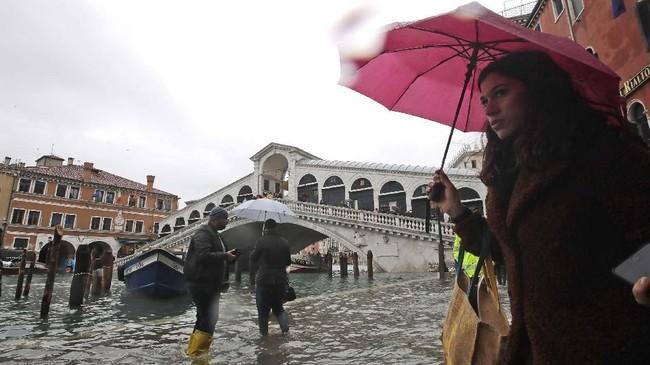 Walikota Venesia Luigi Brugnaro mengungkapkan warganya telah dimobilisasi untuk menghadapi sutuasi darurat. (AP Photo/Luca Bruno)