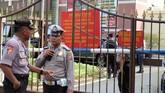 Selain memasang police line, polisi juga menutup ketat Polrestabes Medan dan tidak mengizinkan wartawan atau media masuk. (ANTARA FOTO/Irsan Mulyadi)