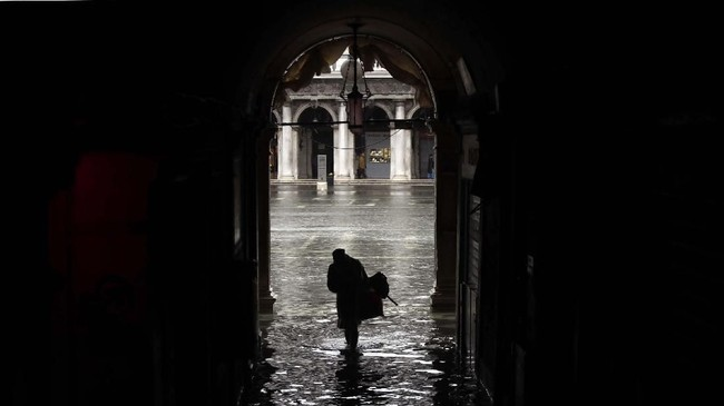 Selain Venesia, banjir juga ikut merendam Italia bagian selatan termasuk Taranto, Brindisi, dan Matera. (AP Photo/Luca Bruno)