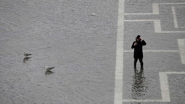 Sebelum banjir melanda, hujan disertai angin kencang menimpa Venesia pada Selasa (12/11) malam. (AP Photo/Luca Bruno)