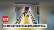 VIDEO: Skuter Listrik Rusak Lantai JPO Sudirman