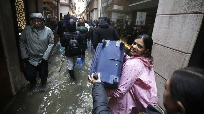 Sejauh ini dilaporkan seorang lansia berusia 78 tahun meninggal dunia akibat sengatan listrik ketika air mulai naik. (AP Photo/Luca Bruno)