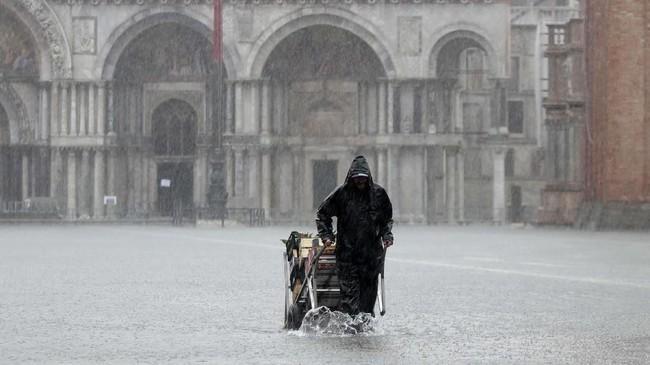 Lapangan Santo Markus menjadi salah satu lokasi banjir terparah lantaran letaknya yang berada di bagian terendah kota. (AP Photo/Luca Bruno)