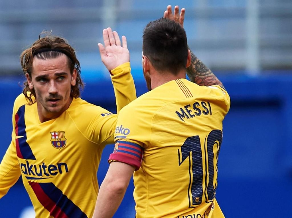 Griezmann dan Messi melakukan tos saat Barcelona berhadapan dengan Eibar pada 19 Oktober. Beberapa media Spanyol dan Eropa sempat memberitakan kalau Griezmann dicueki oleh Messi dan Luis Suarez. (Juan Manuel Serrano Arce / Getty Images)