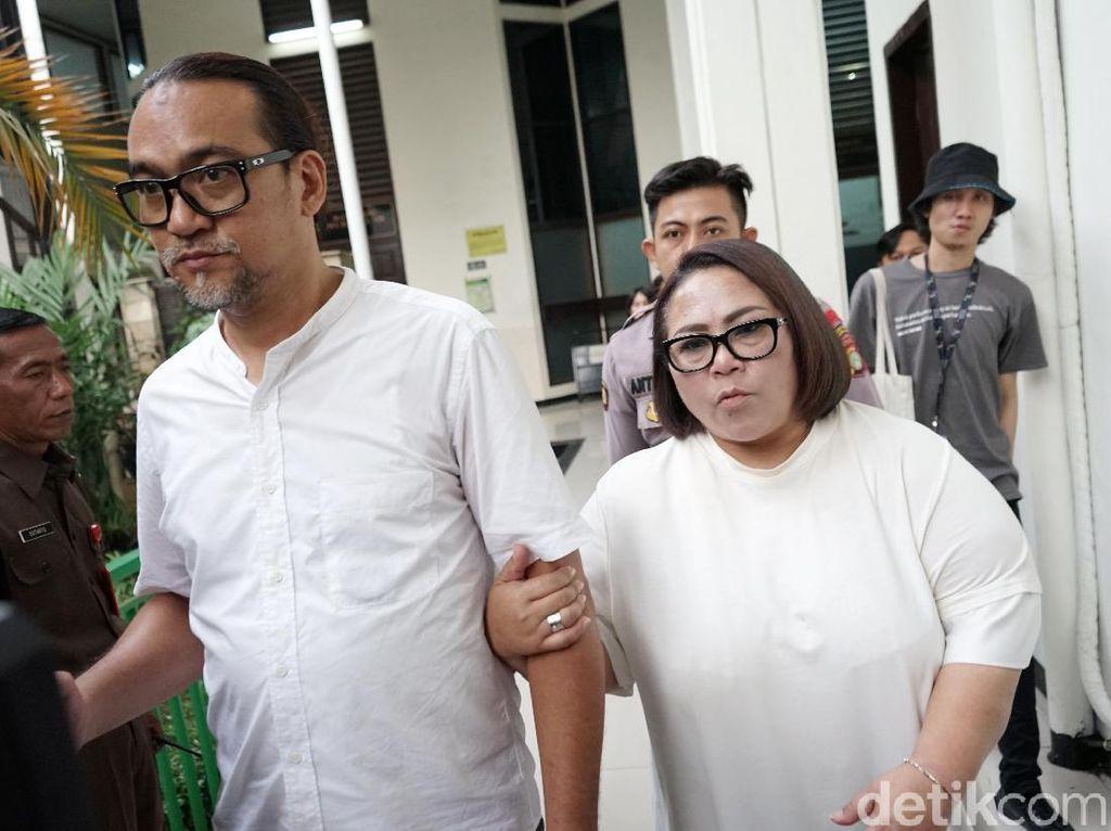 Tampil putih-putih, Nunung dan suami hadapi sidang tuntutan.Pool/Palevi S/detikFoto.