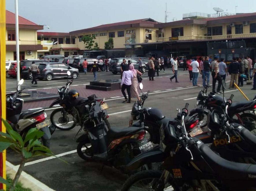 Bom bunuh diri itu disebut terjadi pukul 08.45 WIB. Ledakan terjadi di sekitar kantin Polrestabes Medan.