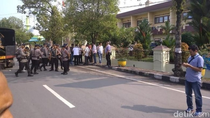 Telah terjadi ledakandi Markas Komando Polres Kota Besar (Polrestabes) Medan, Sumatera Utara, Rabu (13/11), pukul 08.45 WIB