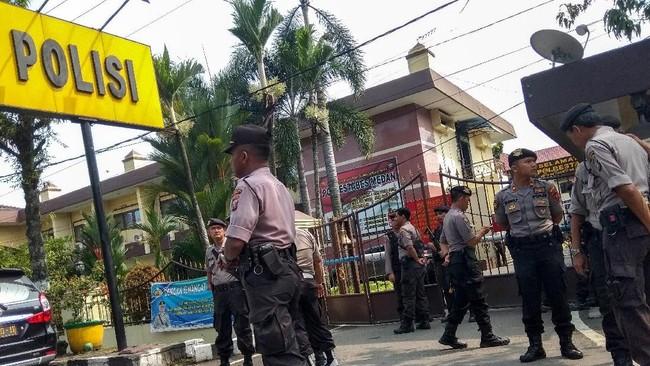 Pelaku diduga masuk ke dalam kompleks Polrestabes melalui gerbang utama -- satu-satunya gerbang tempat masyarakat umum bisa keluar masuk. (ATAR / AFP)