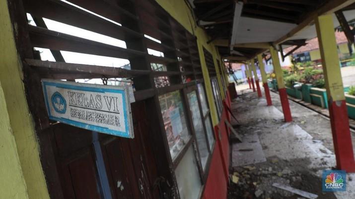 Sebanyak 3 ruang kelas Sekolah Dasar Negeri Malangnengah II, Jalan Raya Parungpanjang, Desa Malangnengah, Kecamatan Pagedangan, Kabupaten Tangerang, ambruk.