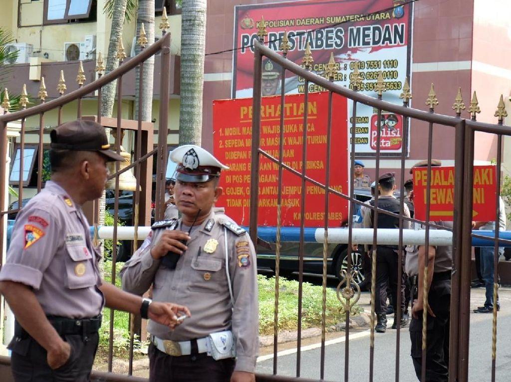 Bom bunuh diri itu disebut terjadi pukul 08.45 WIB. Ledakan terjadi di sekitar kantin Polrestabes Medan. ANTARA FOTO/Irsan Mulyadi.