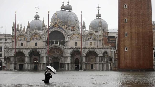 Kendati ketinggian air mulai turun, namun pemerintah dan masyarakat mewaspadai meningkatnya kembali permukaan air.(AP Photo/Luca Bruno)