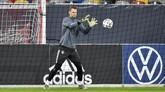 Kiper timnas Jerman Manuel Neuer berlatih menangkap bola. Jerman kali terakhir juara Piala Eropa pada 1996. (AP Photo/Martin Meissner)