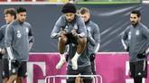 Pemain timnas Jerman asal Bayern Munchen Serge Gnabry melompat di sesi latihan. Jerman tidak pernah gagal lolos ke Piala Eropa sejak 1968. (AP Photo/Martin Meissner)
