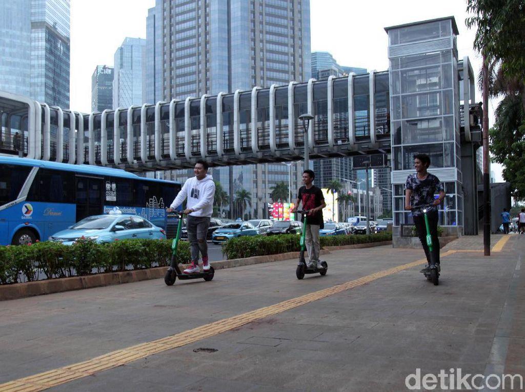 Dishub DKI Jakarta masih mengizinkan skuter listrik beroperasi di Jakarta dengan syarat hanya di kawasan terbatas atau jalur sepeda. Selain di lintasan itu, skuter listrik akan ditertibkan.