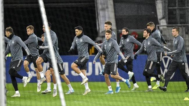 Para pemain timnas Jerman melakukan lari-lari kecil di sesi latihan. Jerman saat ini berstatus tiga kali juara Eropa. (AP Photo/Martin Meissner)