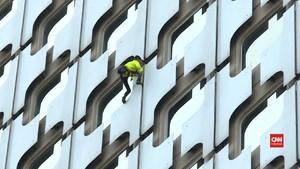 VIDEO: Aksi Alain Robert 'Si Manusia Laba-laba' di Paris