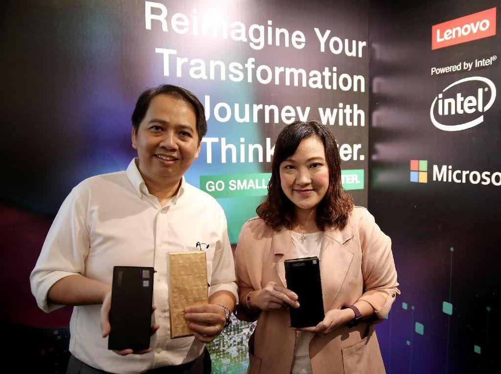 Hadir dalam acara tersebut Azis Wonosari selaku Presales Manager Lenovo Indonesia memegang ThinkCentre seri M90n-1 Nano bersama Santi Nainggolan selaku SMB (Small and Medium Business) Director, Lenovo Indonesia di Jakarta, Kamis (14/11/2019). Foto: dok. Lenovo