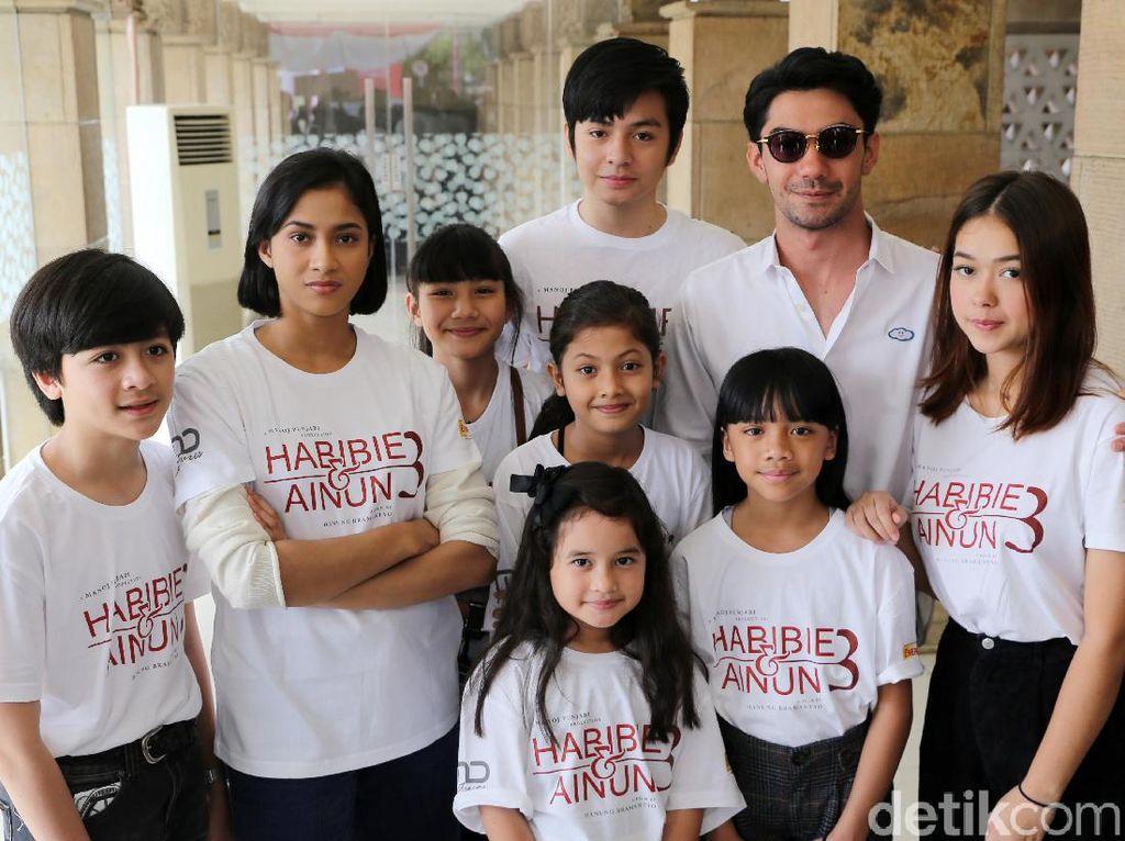 Reza Rahadian, Aghniny Haque, Angga Yunanda dan para bintang film Habibie & Ainun 3 saat berziarah di TMP Kalibata, Jakarta Selatan belum lama ini. Pool/Ismail/detikFoto.