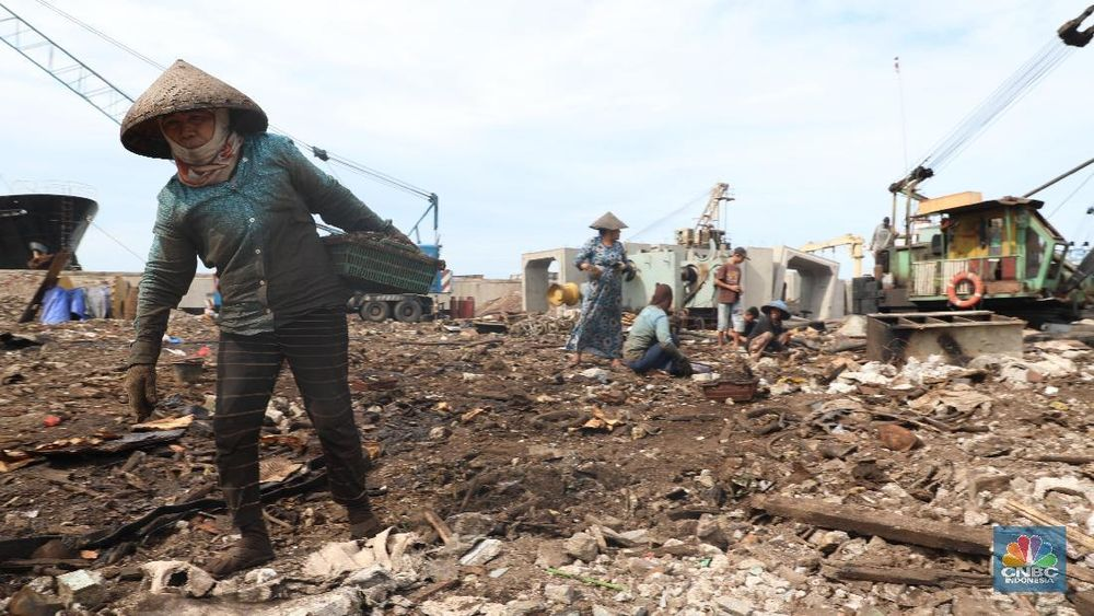 Di area seluas hampir 500 m2 itu terlihat hanya besi, mesin kapal, alat las, tubuh kapal, potongan besi, dan tabung gas.