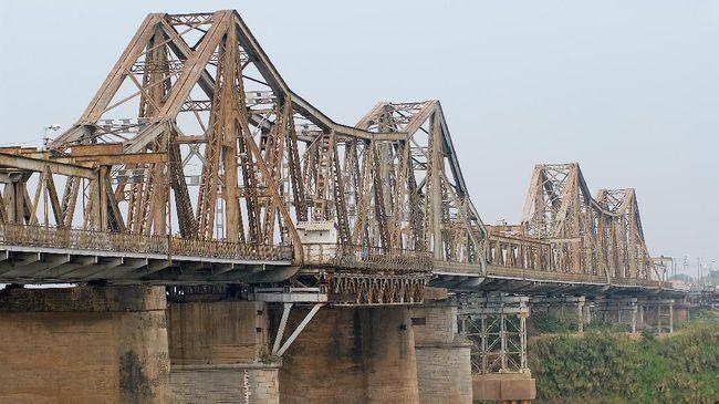 Train Street Ditutup, 'Turis Selfie' Serbu Jembatan Long Bien