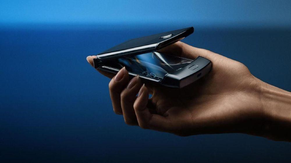 Motorola akhirnya menghadirkan ponsel lipat (flip phone) legendarisnya Motorola Razr. Ponsel ini akan akan hadir dengan operating system Android yang bisa dilipat dua. (Motorola via AP)