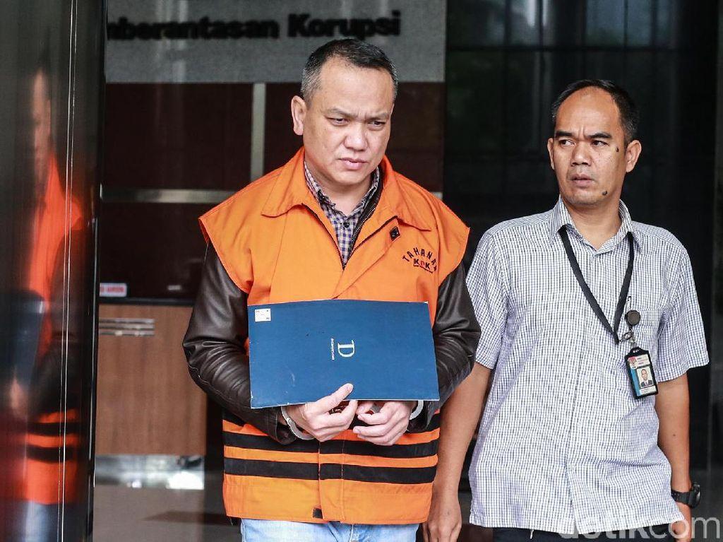 Jaksa Eka Safitra keluar gedung KPK usai menjalani pemeriksaan.