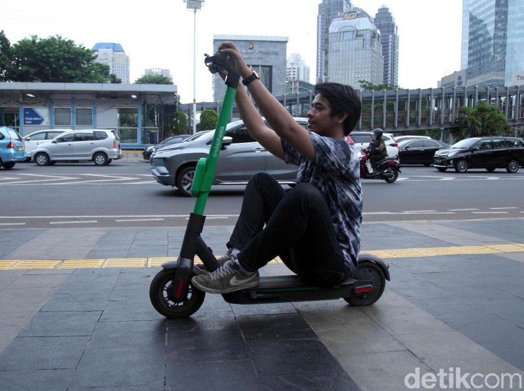 Syafrin pun membantah jika disebut telat mengatur skuter listrik. Ia menyebut perlu kajian sebelum membuat peraturan.