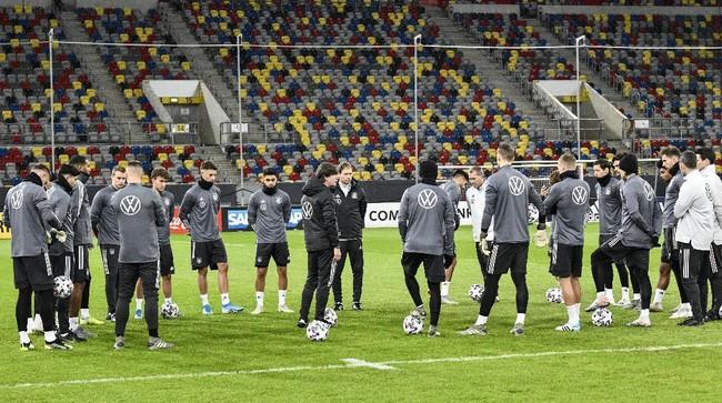Pelatih timnas Jerman Joachim Loew (tengah) memberikan pengarahan jelang sesi latihan di Duesseldorf, Rabu (13/11) malam waktu setempat. (AP Photo/Martin Meissner)