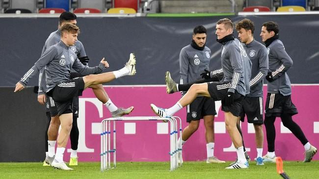 Sejumlah bintang timnas Jerman Toni Kroos (kanan) dan Joshua Kimmich menjalani latihan. Kemenangan atas Belarusia, ditambah kemenangan atau hasil imbang Belanda saat melawan Irlandia Utara, akan memastikan langkah Jerman. (AP Photo/Martin Meissner)