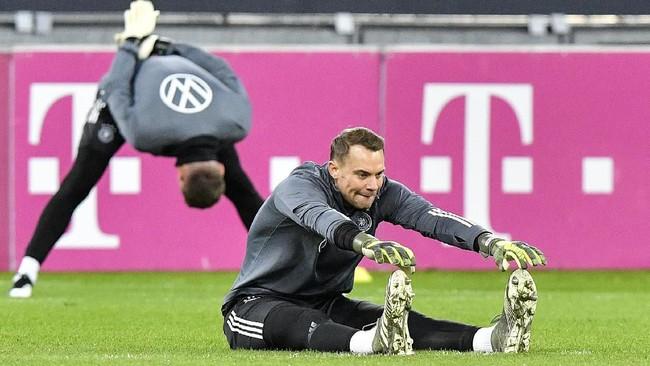Kapten timnas Jerman Manuel Neuer melakukan pemanasan saat sesi latihan. Jerman saat ini berada di posisi dua klasemen Grup C, kalah head-to-head dari Belanda. (AP Photo/Martin Meissner)