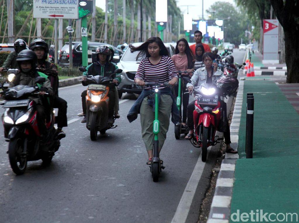 Kepala Dinas Perhubungan DKI Jakarta Syafrin Liputo menegaskan skuter listrik tidak boleh beroperasi di jalan raya yang tak memiliki jalur sepeda. Dishub akan menyita skuter listrik pelanggar.