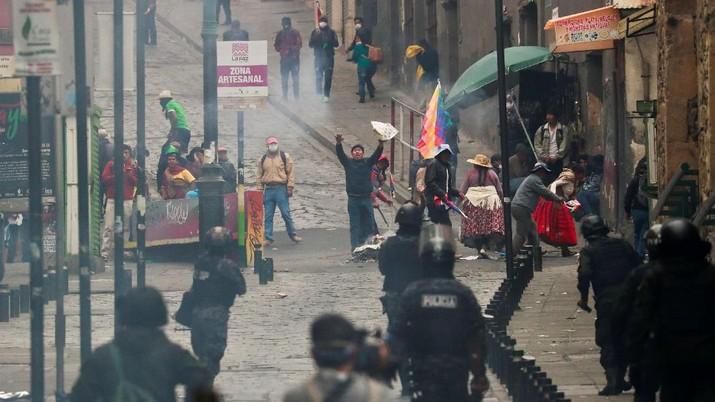 Pasukan keamanan Bolivia bentrok dengan para pendukung mantan presiden Evo Morales di La Paz, Bolivia, Rabu (13/11/2019)..
