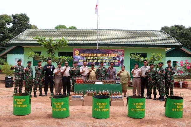 Satgas Pamtas RI-PNG Musnahkan 1.236 Botol Miras Ilegal