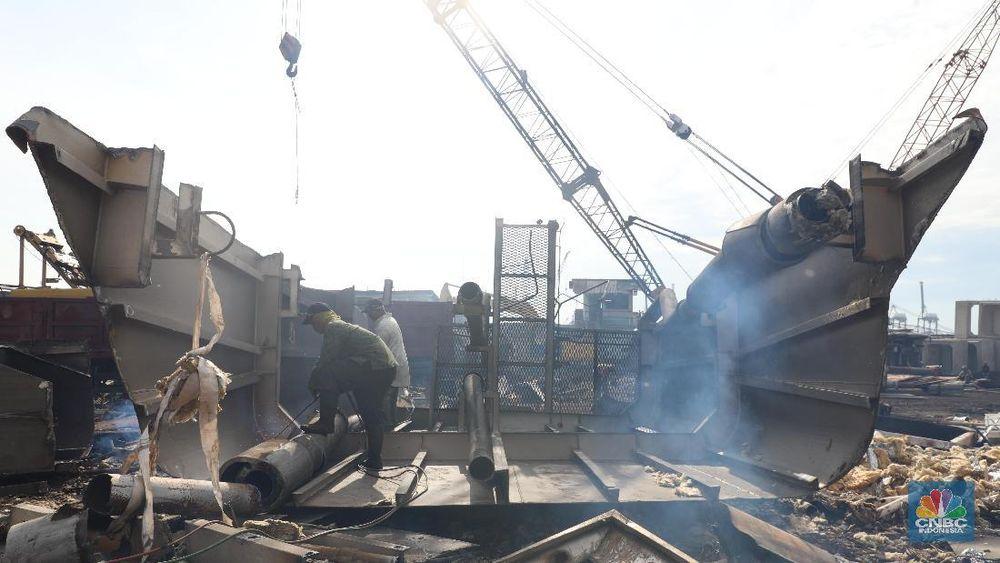 Di tempat ini, kapal-kapal seberat ribuan ton itu dipotong hingga menjadi bagian-bagian kecil. Saat CNBC Indonesia mengunjungi Gang Belah Kapal pada Kamis (14/11/19), terlihat aktivitas pemotongan. (CNBC Indonesia/Tri Susilo)